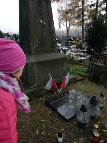 Pamiętamy o zmarłych - klasowe wyjście na cmentarz